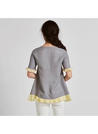Vekem-Limited Edition Volan Detaylı Önü İşlemeli Bluz Gri